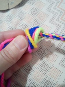 come realizzare braccialetti colorati fai da te
