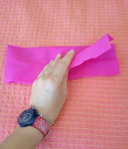 striscia di carta crespa piegata in due