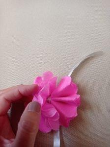 realizzazione fiori di carta crespa